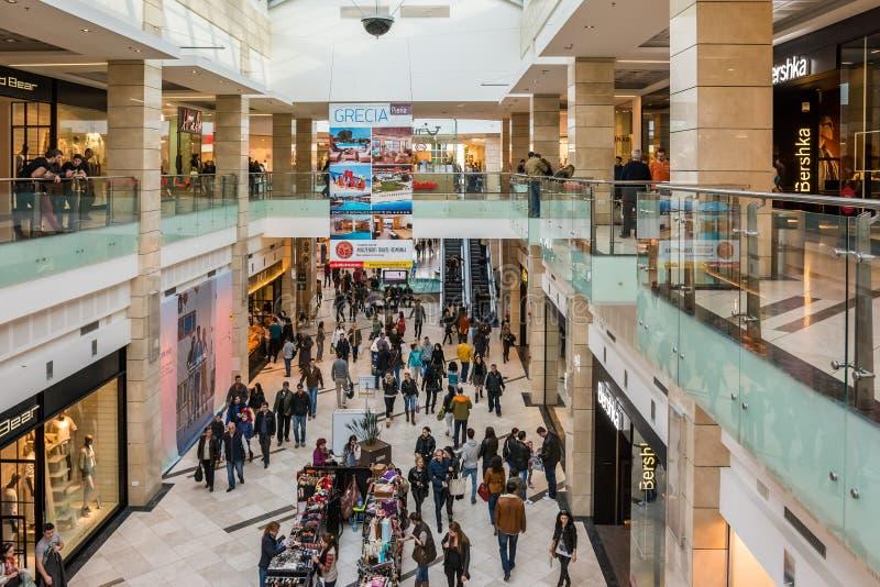 Folk som shoppar i lyxig shoppinggalleria royaltyfria foton