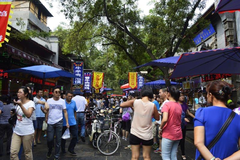 Folk som shoppar på den muslimska matgatan, XI ` en Kina arkivbild