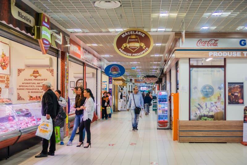 Folk som shoppar på diversehandel som erbjuder lokala produkter royaltyfria bilder