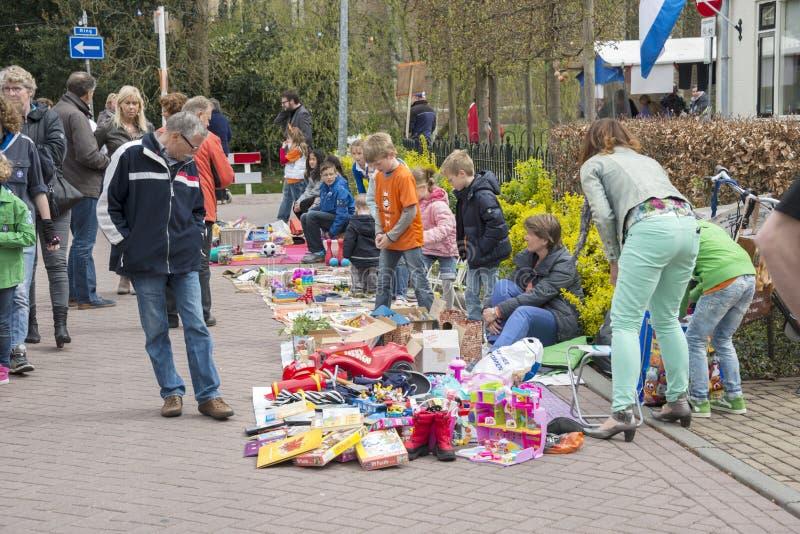 Folk som shoppar på marknaden på queensday royaltyfri fotografi
