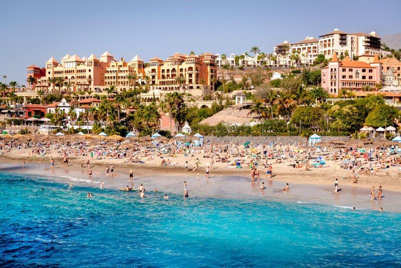 Folk som simmar och solbadar på stranden för El Duque royaltyfri foto