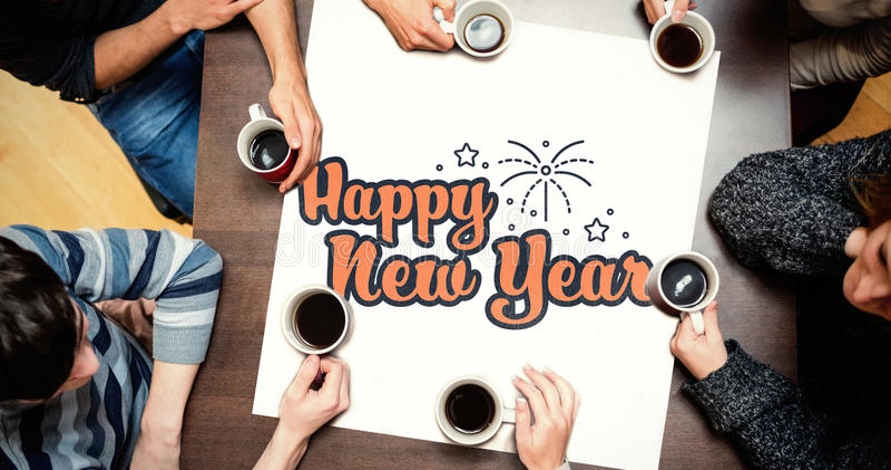 Folk som sitter runt om tabellen som dricker kaffe mot diagram för nytt år arkivbild