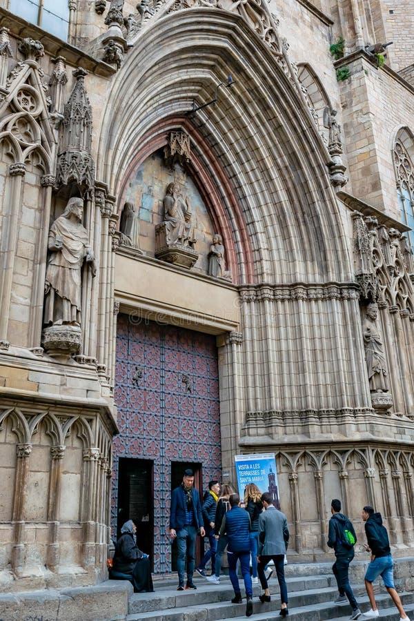 Folk som skriver in basilikan av Santa Maria del Mar The Cathedral av havsdomkyrkan av La Ribera i Barcelona, Spanien royaltyfri fotografi
