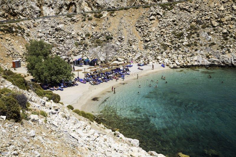 Folk som solbadar och simmar på den Glaroi stranden i den Clios ön royaltyfria foton