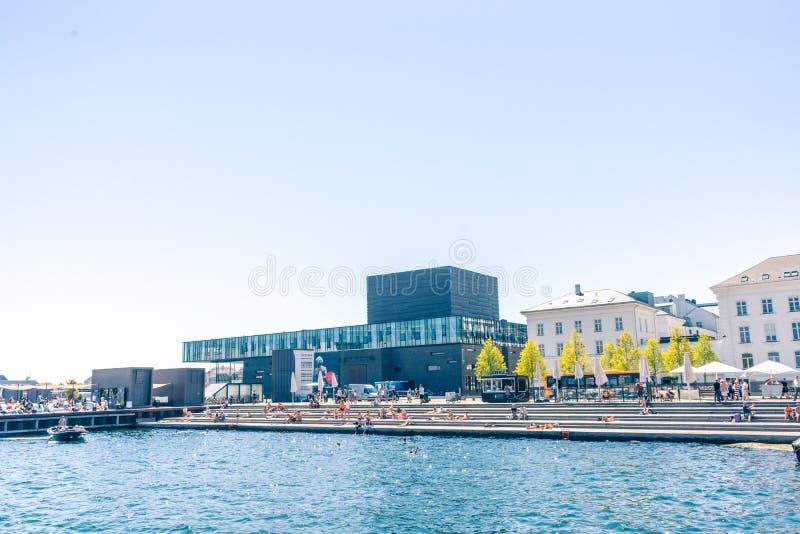 Folk som solbadar på hytten i den centrala delen av dansk huvudKöpenhamn nära kunglig lekstuga arkivfoto