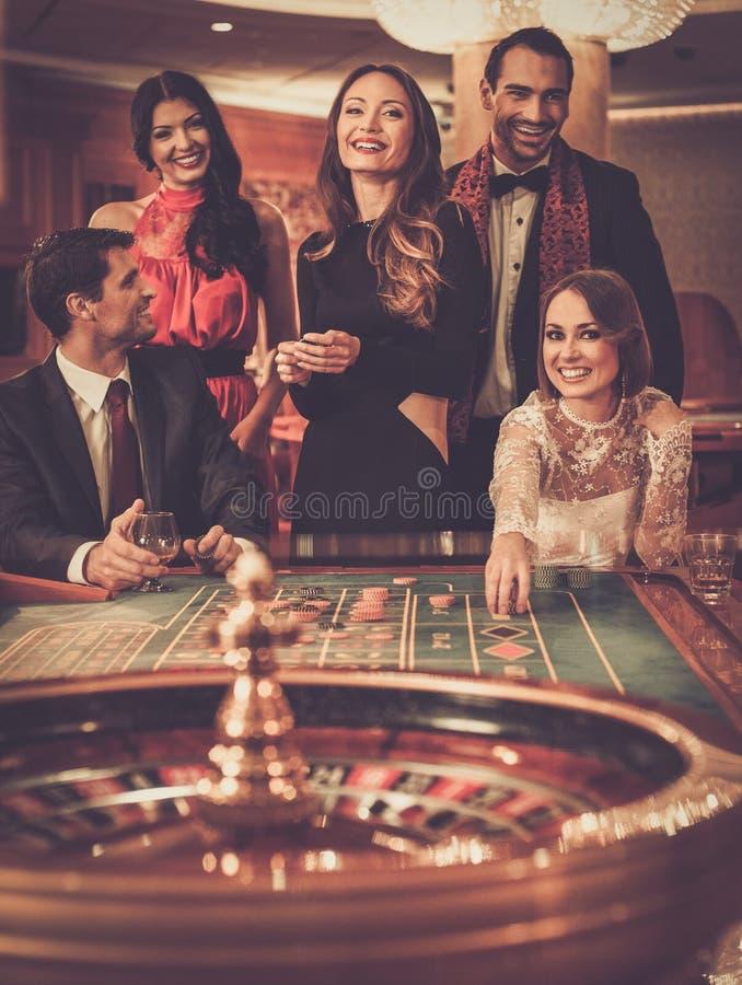 Folk som spelar i en kasino royaltyfri fotografi