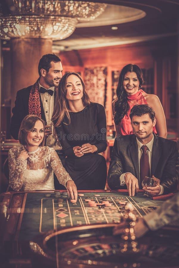Folk som spelar i en kasino royaltyfri foto