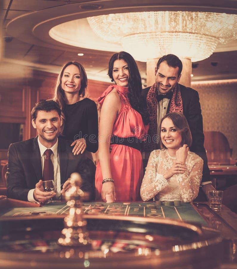 Folk som spelar i en kasino royaltyfria bilder