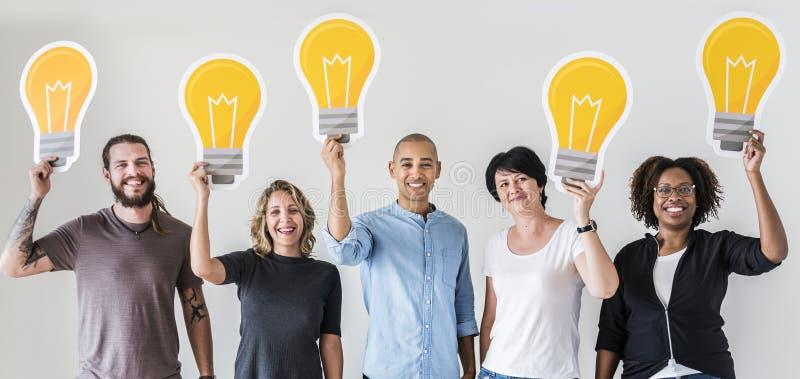 Folk som står med lightbulbsymbolen vektor illustrationer