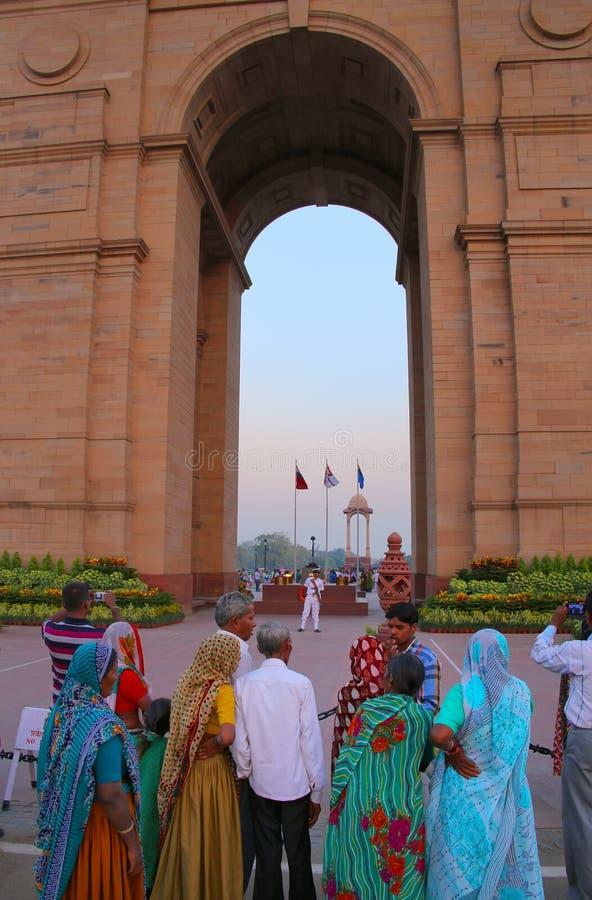 Folk som står på den Indien porten i New Delhi i aftonen royaltyfria bilder
