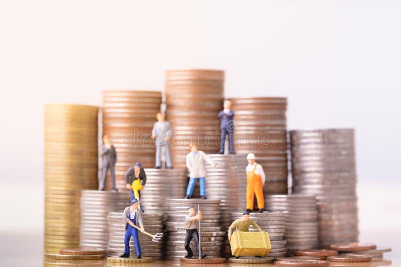 Folk som står på en hög av mynt Oj?mlikhet och social grupp arkivbilder