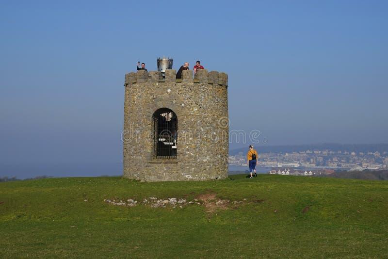 Folk som står på gammalt väderkvarntorn royaltyfria bilder