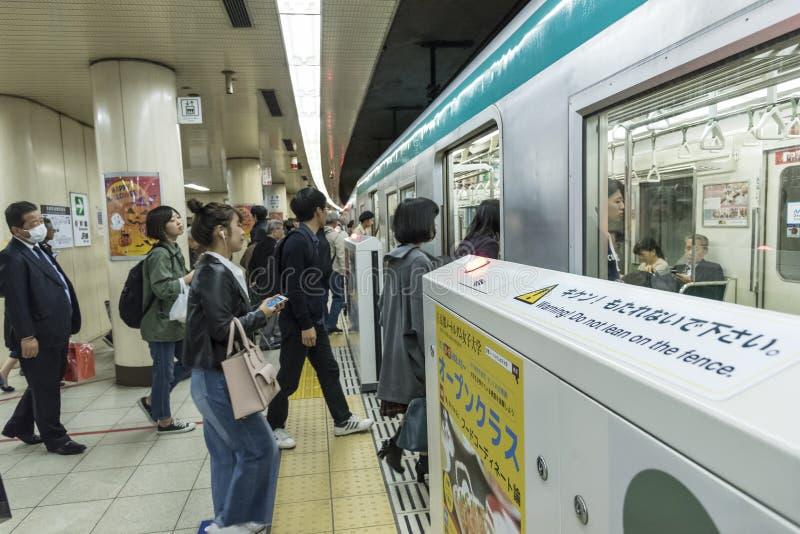 Folk som stiger ombord den drevKyoto gångtunnelen Japan royaltyfria foton