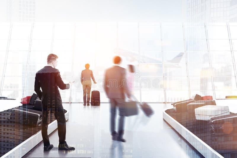 Folk som tar bagage i flygplatsen royaltyfri illustrationer