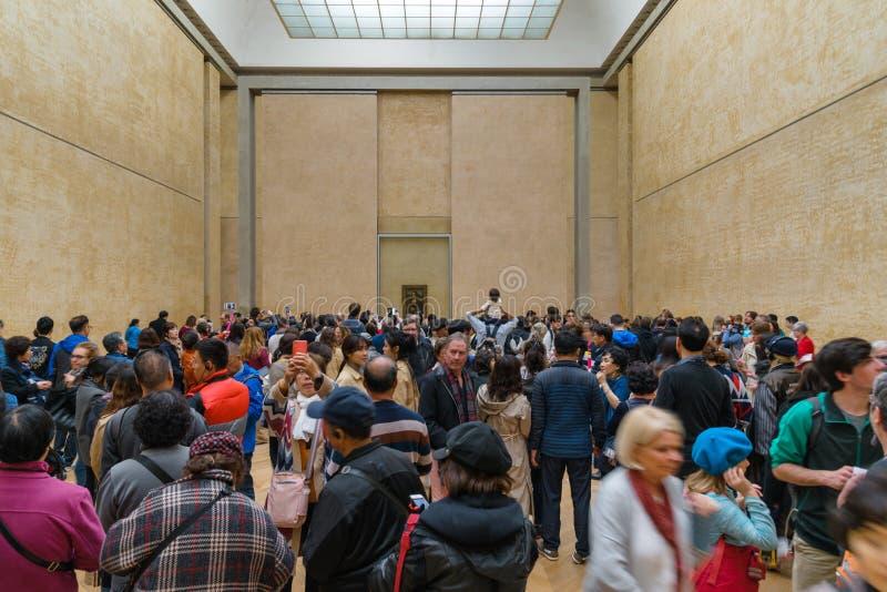 Folk som tar bilder av Mona Lisa på Louvremuseet, Paris Frankrike royaltyfri fotografi
