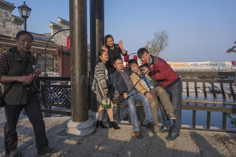 Folk som tar bilder i den sceniska fläcken av kuizistaden arkivbilder