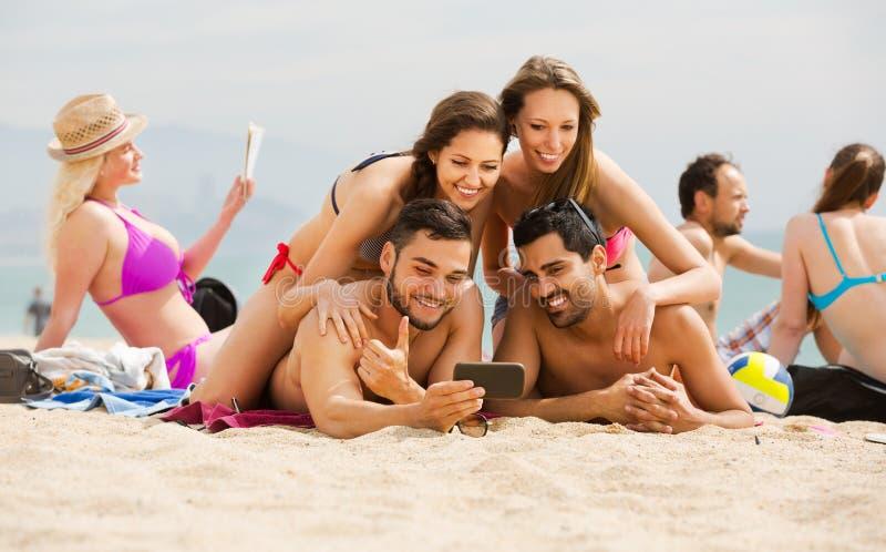 Folk som tar bilder på smartphonen arkivfoto