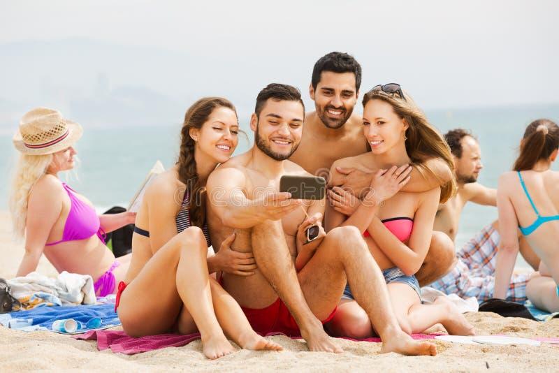 Folk som tar bilder på smartphonen fotografering för bildbyråer