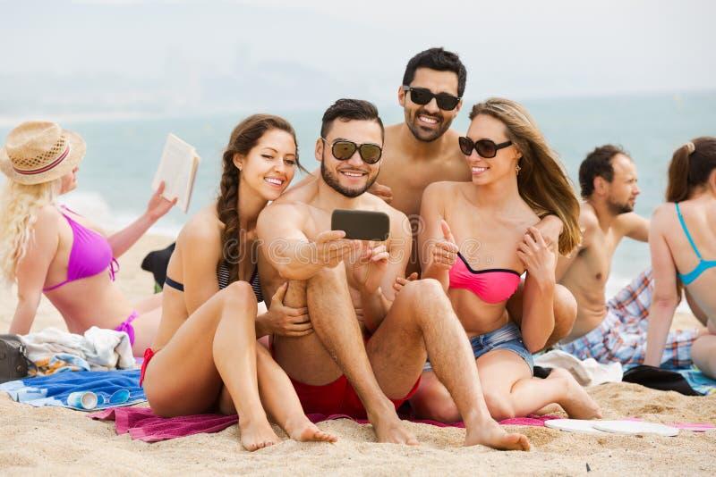 Folk som tar bilder på smartphonen arkivfoton