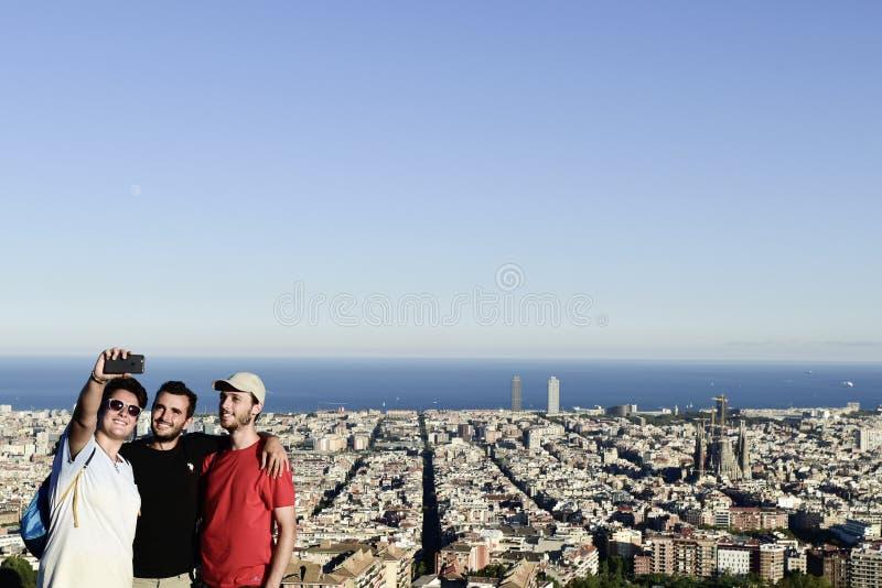 Folk som tar en selfie i Barcelona, Spanien royaltyfri bild