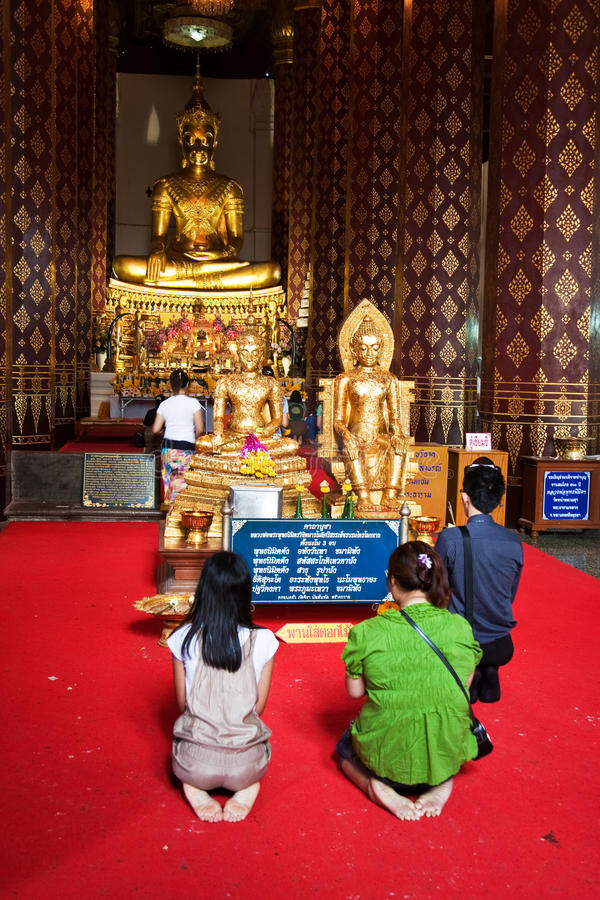 Folk som tillber i kloster Wat Na Phramane i Ajutthaya royaltyfri fotografi