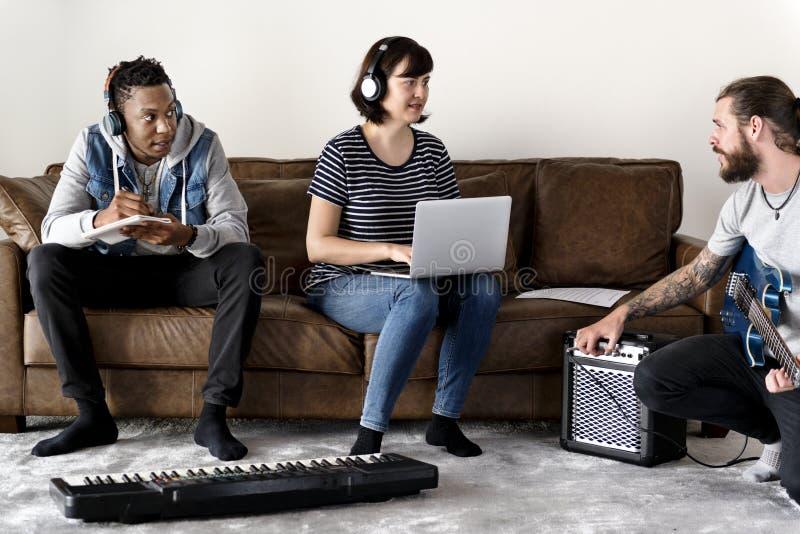 Folk som tillsammans spelar och gör musik royaltyfria bilder