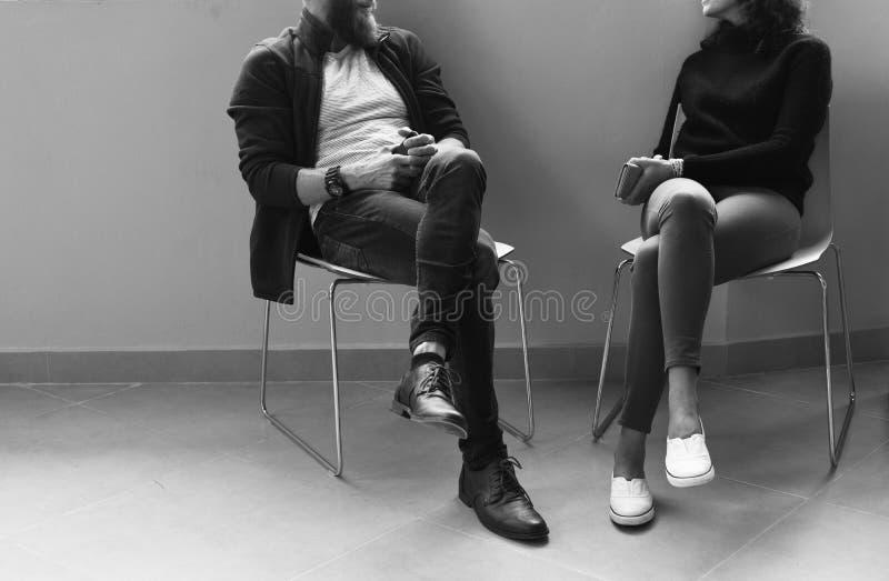 Folk som tillsammans talar under kontorsavbrottet Tid royaltyfri foto