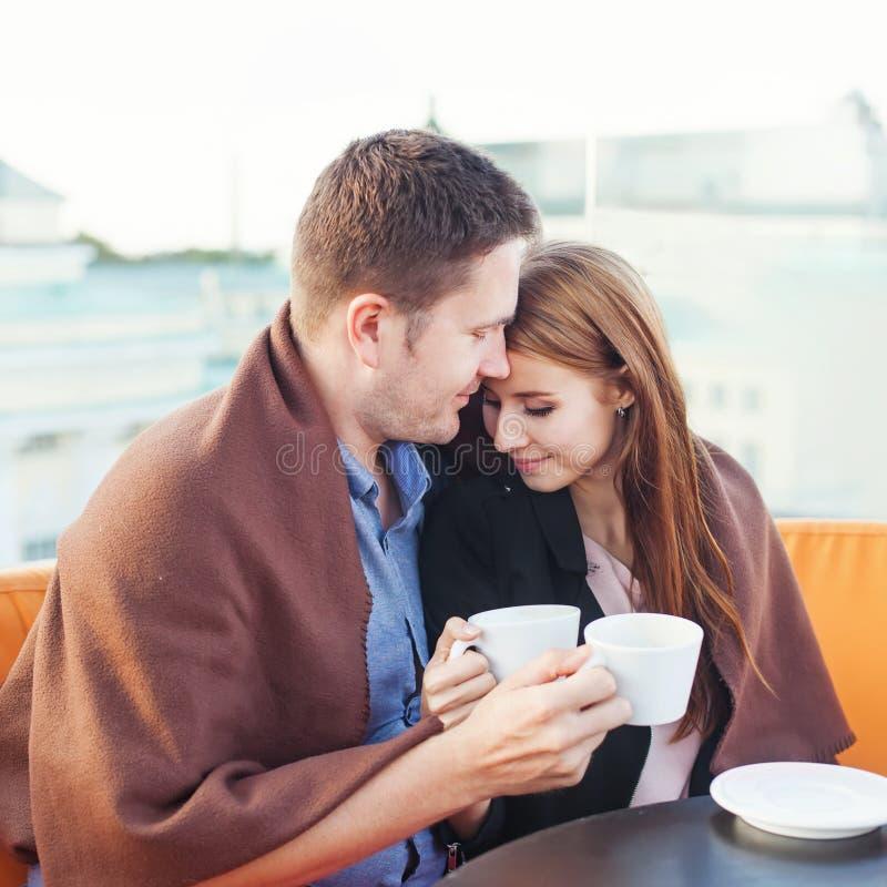 Folk som tillsammans tycker om kaffe arkivbild