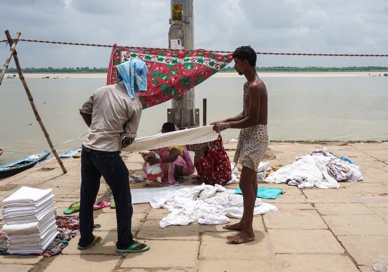 Folk som torkar kläder på flodbanken i Agra, Indien royaltyfri fotografi