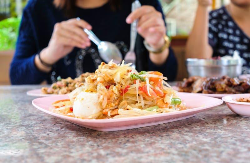 Folk som tycker om äta thai Tam för mat`-Som `, royaltyfri bild