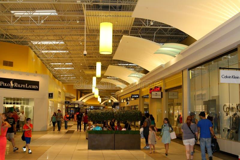 Folk som tycker om en dag av shopping på Opryen Mills Mall, Nashville, Tennessee royaltyfri foto