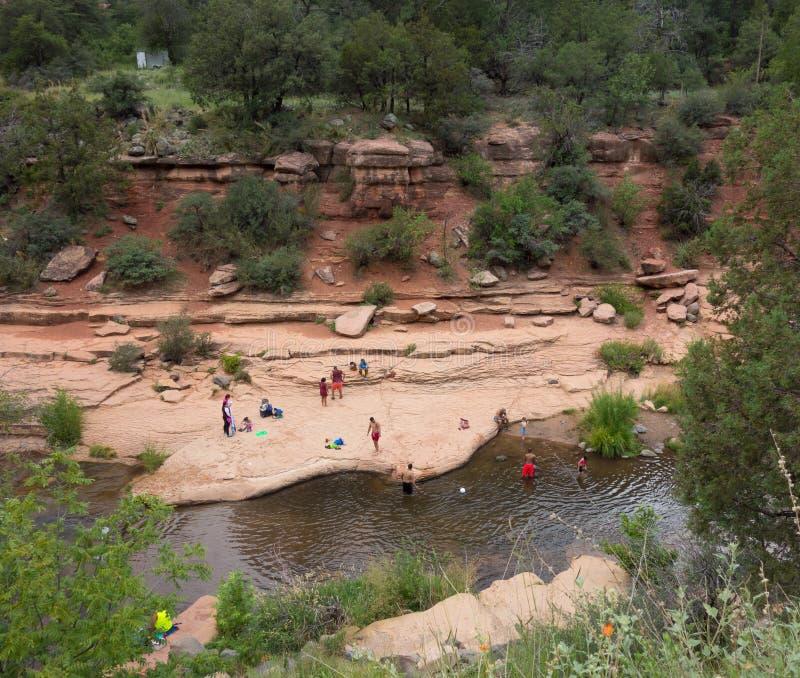 Folk som tycker om en populär badningfläck i arizona arkivbilder