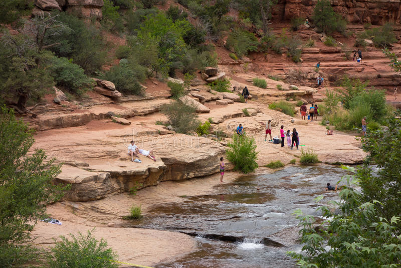 Folk som tycker om en populär badningfläck i arizona royaltyfria bilder