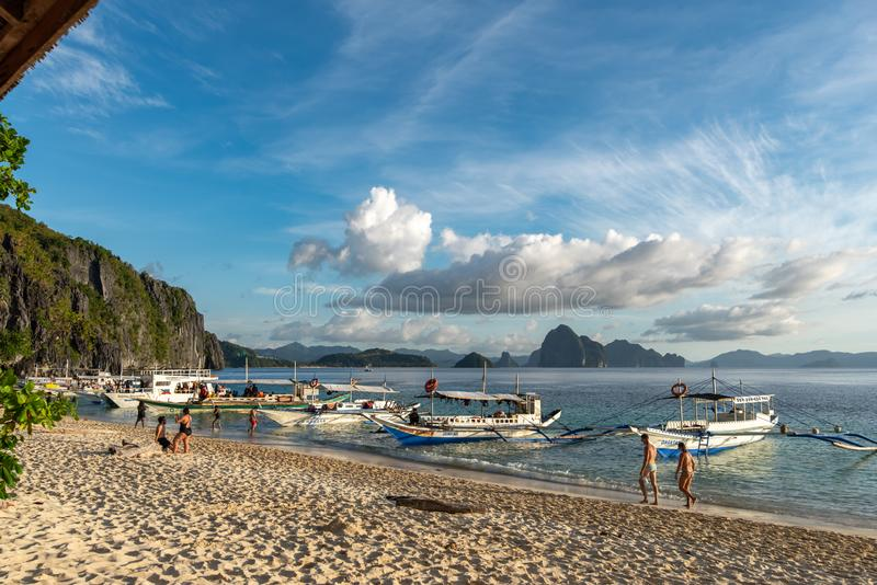 Folk som tycker om en semester på östranden för 7 kommandon i en El-nido, Palawan, Filippinerna, November 18,2018 arkivfoton