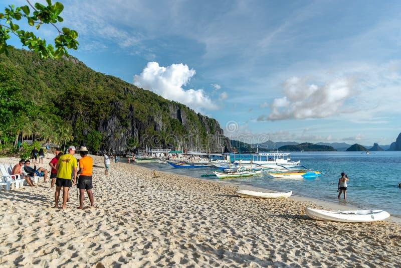 Folk som tycker om en semester på östranden för 7 kommandon i en El-nido, Palawan, Filippinerna, November 18,2018 royaltyfri bild