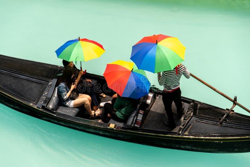 Folk, som tycker om gondoler i gallerian Venedig f?r den storslagna kanalen, tunnelbanan Manila, Filippinerna, Maj 4, 2019 fotografering för bildbyråer