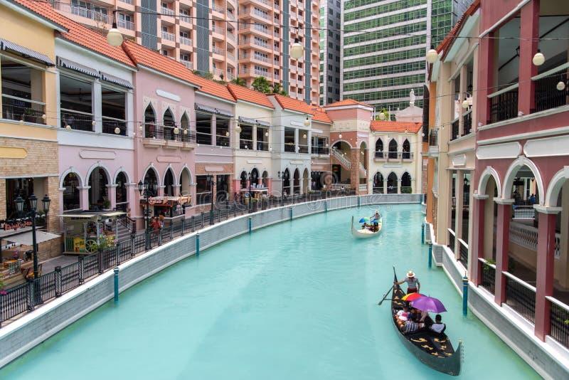 Folk, som tycker om gondoler i gallerian Venedig f?r den storslagna kanalen, tunnelbanan Manila, Filippinerna, Maj 4, 2019 royaltyfri foto
