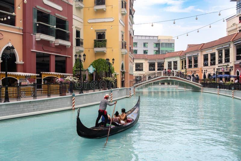 Folk, som tycker om gondoler i gallerian Venedig f?r den storslagna kanalen, tunnelbanan Manila, Filippinerna, Maj 4, 2019 royaltyfri fotografi