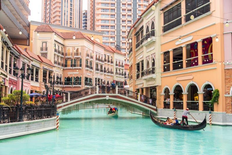 Folk, som tycker om gondoler i gallerian Venedig f?r den storslagna kanalen, tunnelbanan Manila, Filippinerna, Maj 4, 2019 royaltyfria bilder