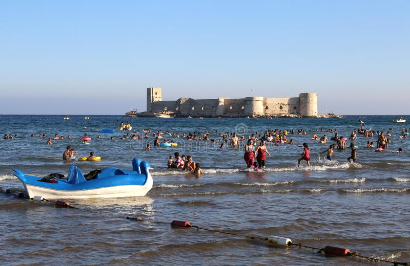 Folk som tycker om havet på den Kizkalesi stranden royaltyfria foton