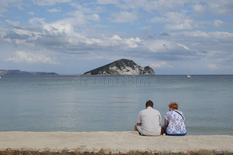 Folk som tycker om havssikt royaltyfri foto