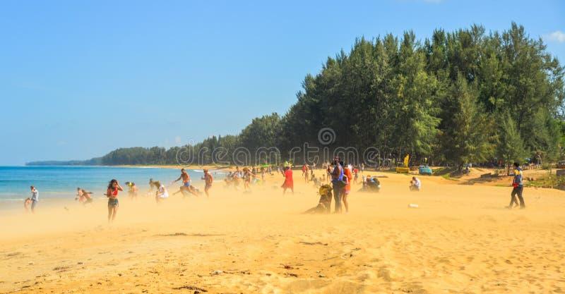 Folk som tycker om p? stranden royaltyfria bilder