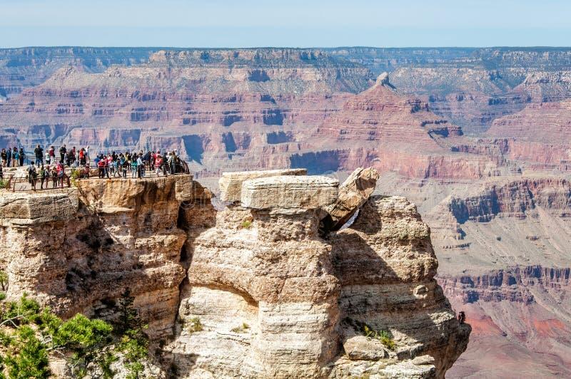 Folk som tycker om sikten från Mather Point på Grand Canyon arkivbild