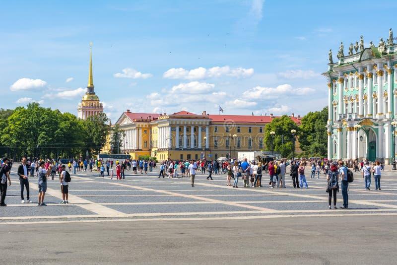 Folk som tycker om sommar på slottfyrkanten, St Petersburg, Ryssland arkivfoton