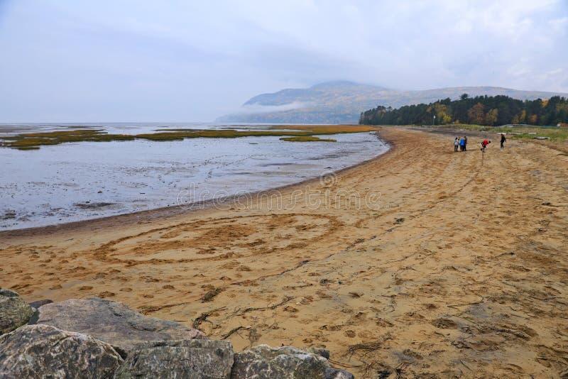 Folk som tycker om stranden på en nedgångdag i Baie-Helgon-Paul royaltyfria foton