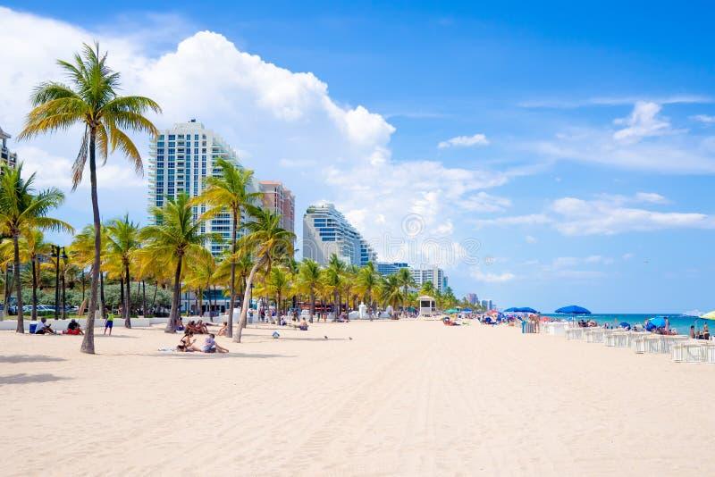 Folk som tycker om stranden på Fort Lauderdale i Florida royaltyfri foto