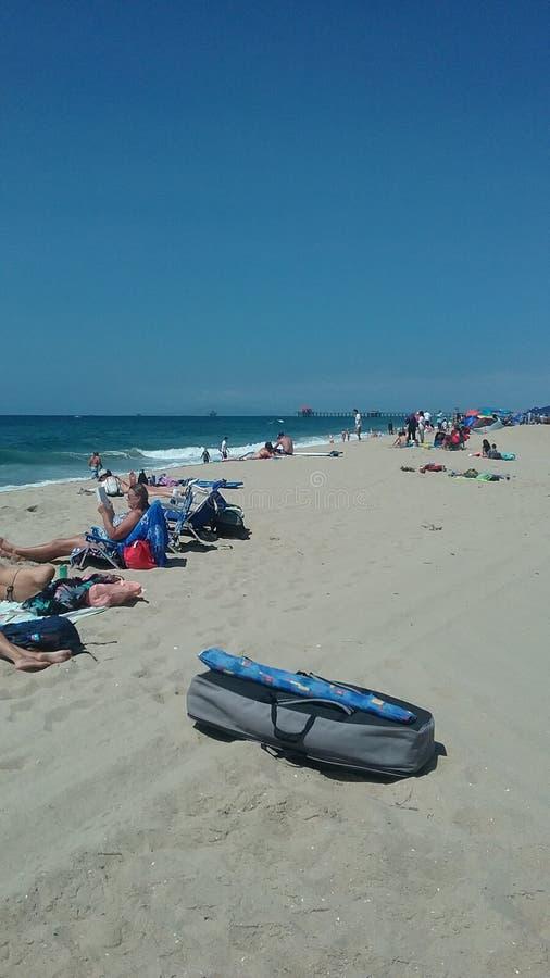 Folk som tycker om strandtid arkivbild