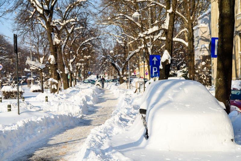 Folk som tycker om Sunny Winter Day Following en stark snöstorm i den i stadens centrum Bucharest staden arkivfoton