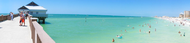 Folk som tycker om vatten på stranden och horisont i den Clearwater stranden Florida, våravbrott royaltyfria foton
