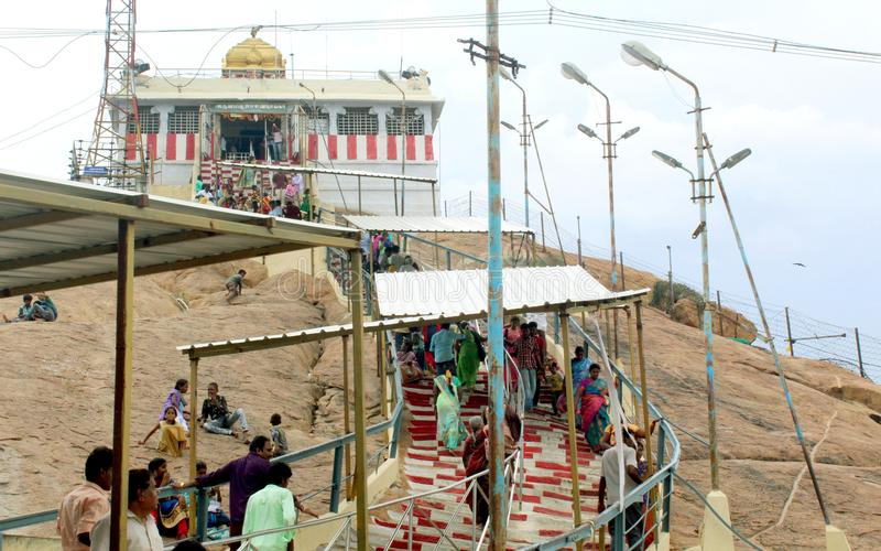 Folk som upp går den vinayagar templet för trichirappallirockfort arkivfoton